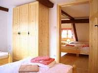 Ložnice malá a ložnice s vikýřem - pronájem chalupy Jindřichov