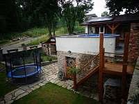 Dvůr + bazén - pronájem chaty Malá Morava