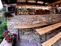 Venkovní posezení u krbu - chata ubytování Malá Morava