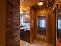Kuchyňský kout a vchod do chaty