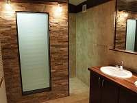 luxusní koupelna s ozvučením na chalupě ALBERTA 1 (v přízemí) - k pronájmu Chrastice