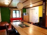pohled z jidelny do obývacího pokoje s krbem na chalupě ALBERTA 1