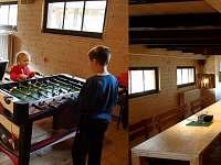 společensko-zábavní místnost (pro 20 osob) s HiFi ozvučením, projektorem a hrami - chalupa k pronájmu Chrastice