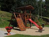 Dětské hřiště na zahradě - pronájem apartmánu Ostružná