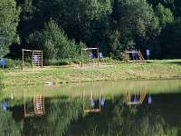 lanové centrum kolem místního rybníka