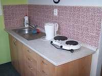 malá kuchyně s lednicí a mikrovlnkou apartmán č.1