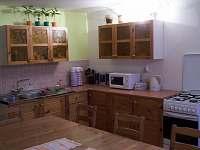 společenská místnost s kuchyní - chata k pronajmutí Andělská Hora