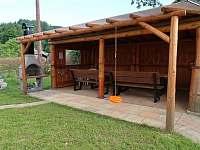 Venkovní posezení s grilem - chata k pronájmu Bělá pod Pradědem
