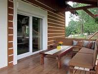 Krytá venkovní veranda s výhledem na les a oboru