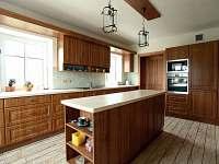 V prvním patře je také kompletně vybavená kuchyň .