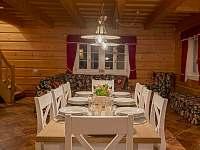 Jídelní stůl pro 8 osob - chalupa k pronajmutí Maršíkov