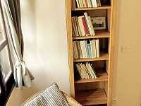 Apartmán 1, knihovnička - chalupa k pronajmutí Kunčice