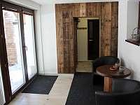 relaxační místnost s francouzkým oknem