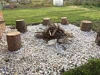 Venkovní ohniště - pronájem chalupy Bělá pod Pradědem - Adolfovice