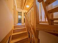 Chodba - pohled ze schodiště - chalupa k pronajmutí Kouty nad Desnou