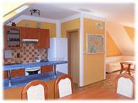 Apartmán U Náměstí v Jeseníku - kuchyň - pohled na obývací pokoj - k pronájmu