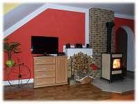 Apartmán U Náměstí v Jeseníku - obývací pokoj - pohled na krb - k pronajmutí