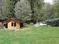 Kůlna pro uskladnění kol, kočárků, lyží, motocyklů apod. + ohniště s posezením - chata k pronájmu Šléglov