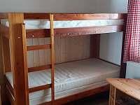 Patrová postel v pokoji v přízemí - pronájem chaty Šléglov