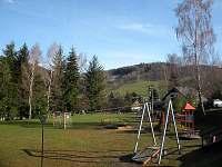 ..dětské hřiště a plac na malou kopanou 200 metrů od chat (veřejně přístupné)