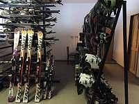 v místě je v provozu lyž. škola a půjčovna vybavení pro děti i dospělé
