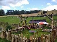 Dětské hřiště pro nejmenší návštěvníky chaty - apartmán k pronájmu Štědrákova Lhota