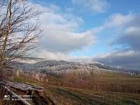 Pohled ze sjezdovky na hřeben Lhoty - Štědrákova Lhota