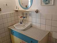 Koupelna - umyvadlo - chalupa k pronajmutí Bušín