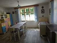 Kuchyň s jídelním stolem - chalupa k pronájmu Bušín