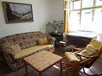 Obývací pokoj se spaním - pronájem chalupy Bušín