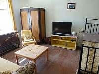 Obývací pokoj se spaním - chalupa k pronájmu Bušín