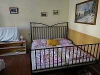 Obývací pokoj se spaním - chalupa k pronajmutí Bušín