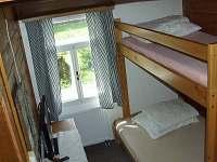 ložnice v 1.NP s patrovými postelemi - chalupa ubytování Rejvíz