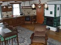 společ.místnost s kuchyní - chalupa k pronájmu Rejvíz