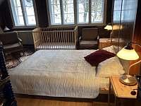 Čtyřlůžková ložnice s dětskou postýlkou a možností přistýlky - pronájem chalupy Bělá pod Pradědem