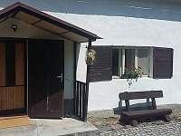 přední vchod s lavičkou