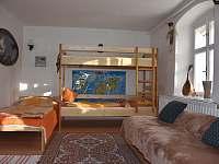 Slezskachalupa Křišťanovice - Společenska mistnost spací koutek pro děti - k pronajmutí