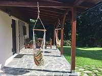 Terasa s posezením a houpačkami