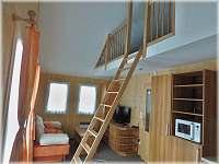 schody do podkroví v obývacím pokoji
