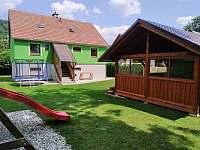 zahrada s hřištěm a venkovním posezením - chata ubytování Malá Morava