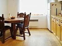Kuchyň - jídelní stůl - pronájem chalupy Vrbno pod Pradědem - Mnichov