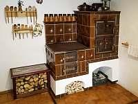 Kuchyň - kachlová kamna s troubou - chalupa k pronajmutí Vrbno pod Pradědem - Mnichov
