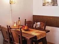 Obývací pokoj v přízemí - jídelní stůl - chalupa k pronájmu Vrbno pod Pradědem - Mnichov