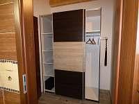 předsíň - šatní skříň - apartmán k pronájmu Česká Ves
