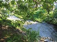potok za zahradou - chalupa k pronájmu Janov