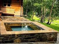 Celoročně využitelný bazének 2,5 x 2,5 m vyhřívaný z venkovních kamen.