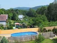 pohled na bazén z terasy