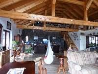 obývací místnost s krbem a tv