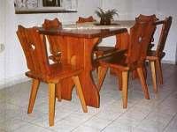rekreační domek -  selský vyřezávaný jídelní stůl pro 6 osob