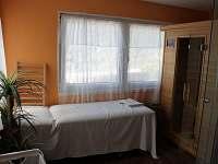 Místnost s infra saunou,sprchou a polohovacím masážním lehátkem.